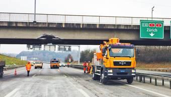 A1-Unfall: Kann die Brücke stehen bleiben? Statiker werden den Schaden beurteilen.