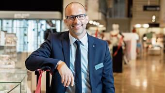 Der 42-jährige Bruno Eichenberger ist seit 1. Februar zusätzlich zur Filiale Aarau auch Store Director im Manor Baden (Bild). Er sagt: «Die Situation ist beispiellos, darum planen wir in Szenarien.»