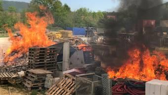 Beim Verbrennen von behandelten Brettern ensteht hochgiftiges Dioxin. (Symbolbild)