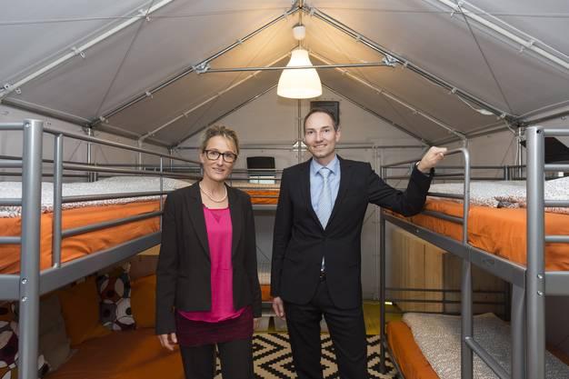 Regierungsrätin Susanne Hochuli und Andreas Flückiger, Leiter Abteilung Militär und Bevölkerungsschutz, Ende Oktober 2015 in einem IKEA-Shelter.