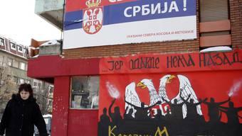 Kosovo-kritisches Plakat: Während Politiker aufeinander zugehen, bleibt in der geteilten Stadt Mitrovica alles beim Alten