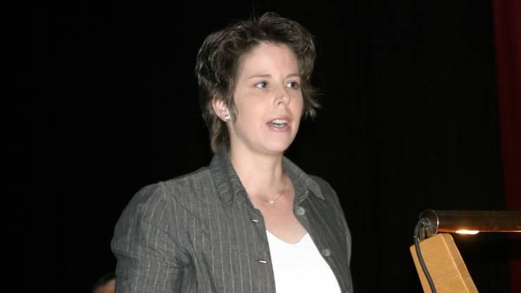 Barbara Gloor vom Planungsbüro Metron bringt den Versammelten die Bau- und Nutzungsplanung näher.