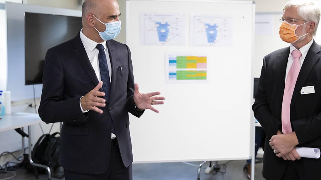 Bundesrat Alain Berset und der Zuger Kantonsarzt Rudolf Hauri in Zug.