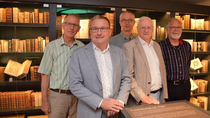 Das Museum für medizinhistorische Bücher in Muri ist die passende Umgebung für die Festschriftautoren Urs Pilgrim, Peter Käch, Paul Beuchat und Albert Bhir (von links nach rechts); im Hintergrund Verbandspräsident Roli Schumacher. ES