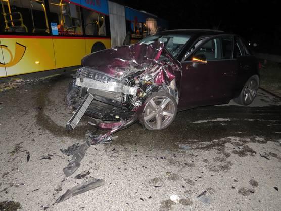 Ein Postauto kollidiert in Lupfig mit einem Audi, dessen Lenkerin sich von ihrem Navigationsgerät ablenken liess. Die 25-jährige Lenkerin geriet in einer Kurve auf die Gegenfahrbahn, wo es zur Frontalkollision kam. Verletzt wurde niemand (...)