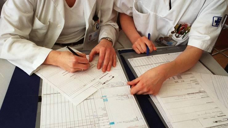 Nicht über 50 Stunden: Assistenzärztinnen und -ärzte sollen ihre Überstunden aufschreiben.