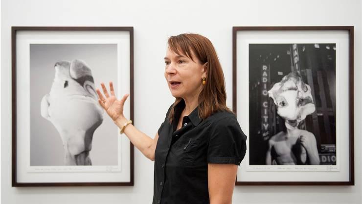 Die Direktorin des Aargauer Kunsthauses Madeleine Schupplie erklärt Werke von Dieter Meier.