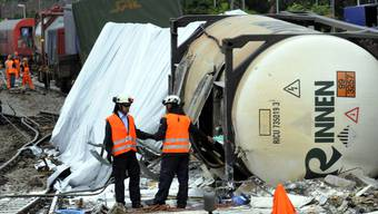 Entgleiste Güterwaggons blockieren die wichtige Zugstrecke