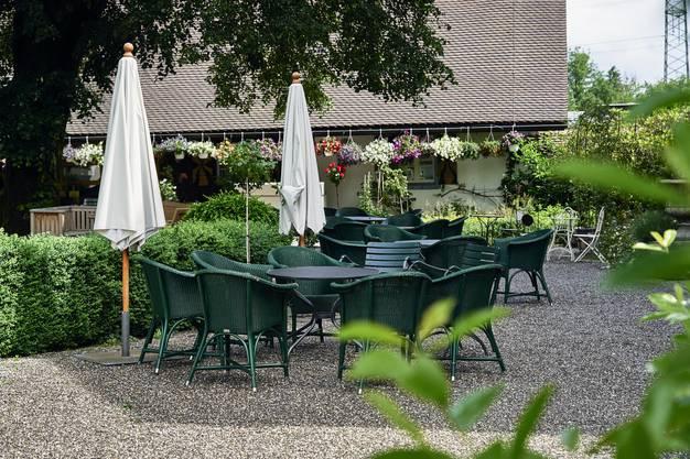 Idyllisch, aber menschenleer: In der Gartenwirtschaft im Innenhof von Schloss Böttstein sitzt hier niemand.