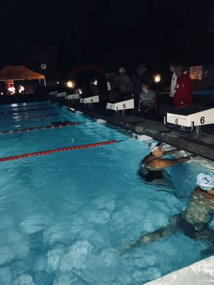 Das Schwimmbad Suhr war kürzlich in aller Munde, als die Familie des FC Aarau Spielers Patrick Rossini der Badi verwiesen wurde. Das kurz darauf mir der Swim-Night-Suhr ein bemerkenswertes Nachtschwimmen stattfand, blieb der breiten Öffentlichkeit verborgen. Hier ein Schnappschuss davon.