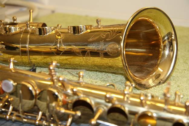 Das Saxophon wartet auf die Reparatur