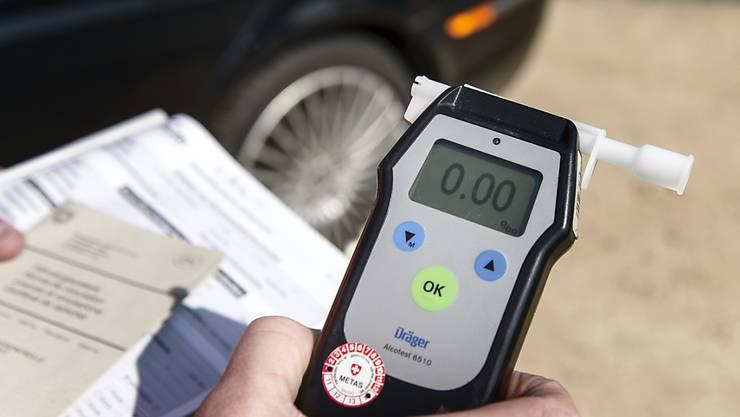 0,0 war noch vor der Kontrolle: Ein Mann ist im Kanton Luzern zur Einvernahme mit dem Auto bei der Polizei vorgefahren - ohne Fahrausweis und mit 1,6 Promille. (Symbolbild)