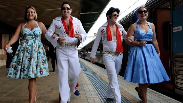 Elvis-Fans in Sydney vor dem Besteigen des Sonderzugs zum Parkes Elvis Festival.