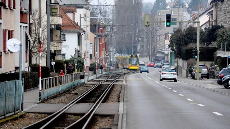 Mit dem Doppelspur-Ausbau in Binningen muss eine ganze Häuserzeile abgerissen werden. Das frei werdende Areal bietet städtebauliche Möglichkeiten.