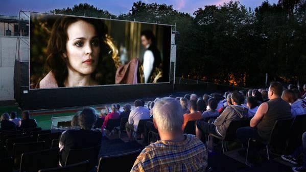 Die Open-Air-Kinos wie hier in Wohlen sind ein beliebter Sommer-Treffpunkt.