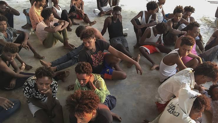 Sie haben die Tragödie vor der libyschen Küste überlebt. Am Freitag wurden nach der Bootstragödie vom Donnerstag 62 Todesopfer aus dem Mittelmeer geborgen.