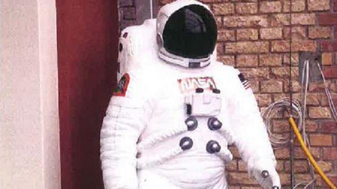 Dieser Astronaut fiel zwei betrunkenen 18-jährigen Frauen zum Opfer.