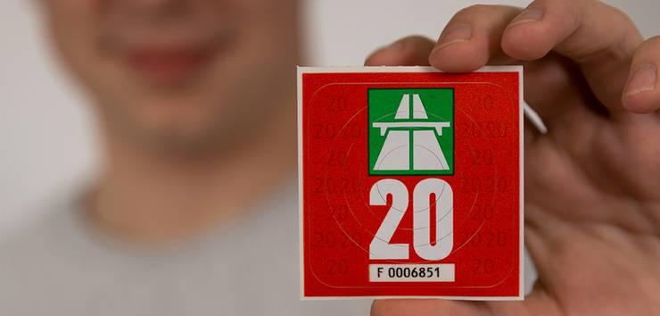 Die neue Vignette für 2020 ist «rot metallic» und wird weiterhin 40 Franken kosten. Eine elektronischeVignettekommt frühestens 2022.