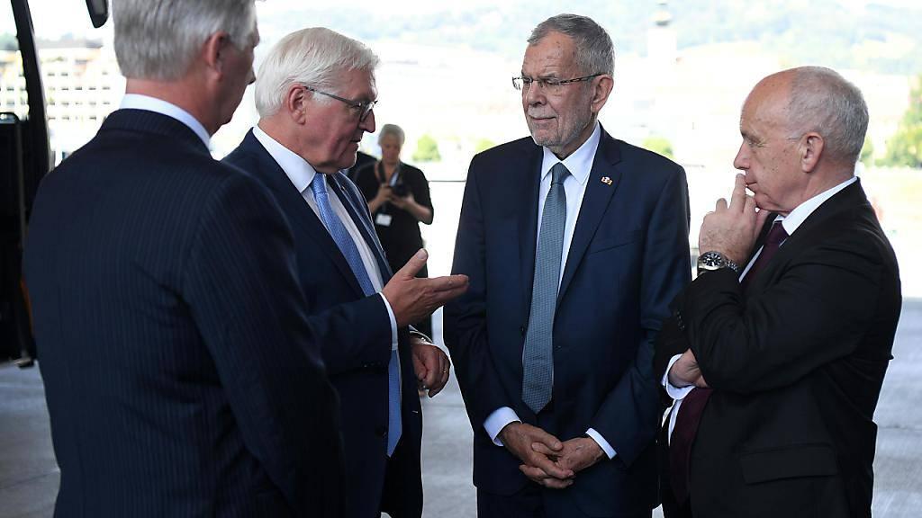 Bundespräsident Ueli Maurer (rechts) in Linz im Gespräch mit seinem deutschen Amtskollegen Frank-Walter Steinmeier (2. von links), sowie dem österreichischen Gastgeber, Bundespräsident Alexander Van der Bellen (2. von rechts) und dem König der Belgier, Philippe (links).