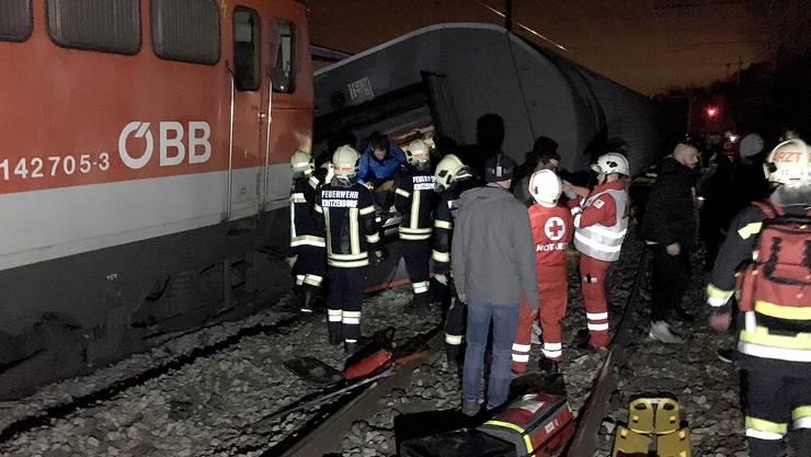 In Niederösterreichsind am frühen Freitagabend zwei Personenzüge zusammengestossen.