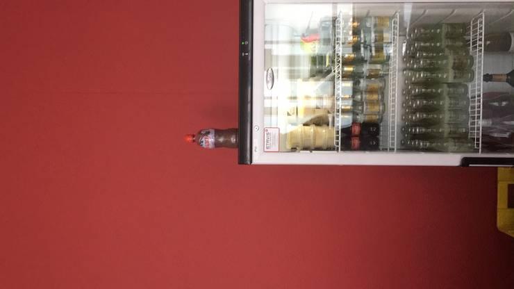 Die Flasche auf dem Kühlschrank wird nicht ausgeschenkt. Sie ist ein Werk der Künstlerin Pamela Rosenkranz.