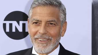 George Clooney zog sich vermutlich eine Beckenfraktur zu: Der US-Schauspieler prallte in Italien mit seinem Roller gegen ein Auto. (Archivbild)