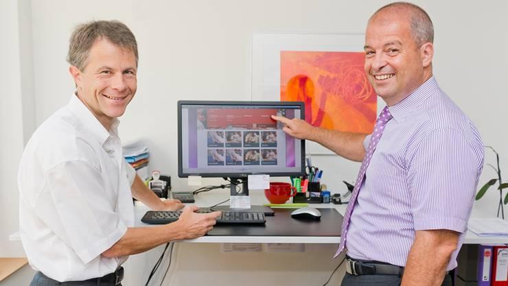 Informatiker Hakan Erci (links) demonstriert Arwo-Geschäftsleiter Roland Meier die neue Website.