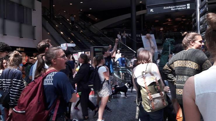 Später skandierten die Aktivisten Parolen in Sprechchören.