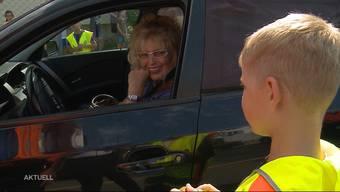 Statt Beamten, führten bei dieser Verkehrskontrolle die Schulkinder aus Rottenschwil das Gespräch. Damit will die Regionalpolizei Muri erreichen, dass sowohl die Kinder als auch die Autolenker aufmerksamer auf der Strasse werden.