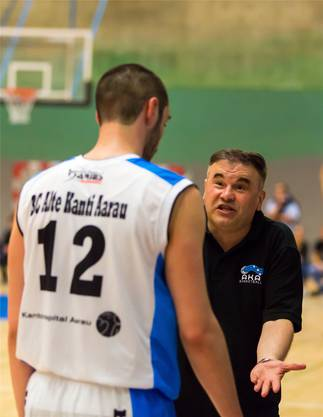 Aaraus Adam Mirkovic (l.) diskutiert mit seinem Trainer Milenko Tomic.