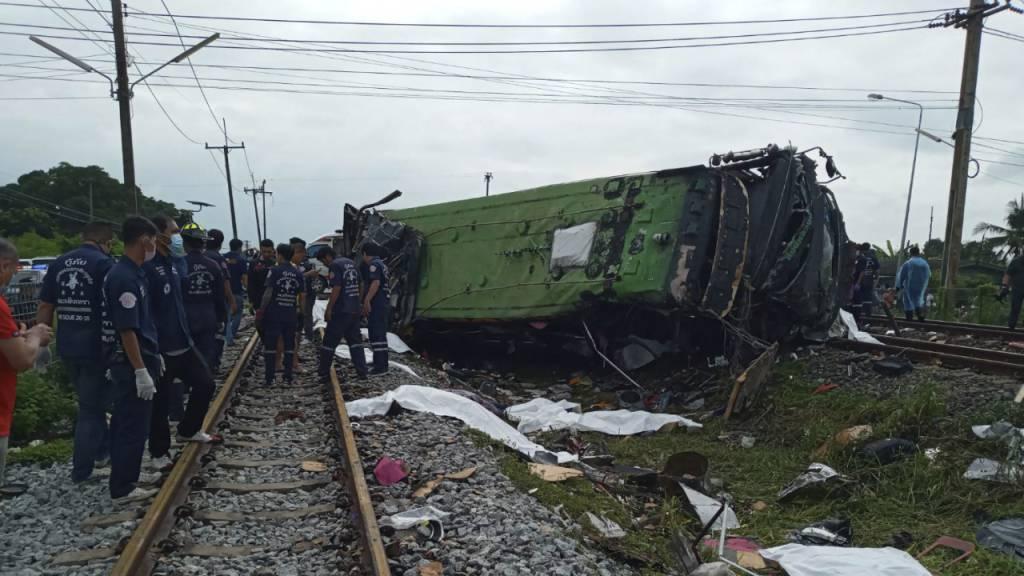 Zug stösst in Thailand mit Bus zusammen – Mindestens 17 Tote