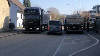 Für die Anwohner der Staufbergstrasse in Niederlenz kein aussergewöhnliches Bild: Ein Lastwagen parkiert illegal in der Busbucht, auf der Strasse ist es sehr eng. zvg