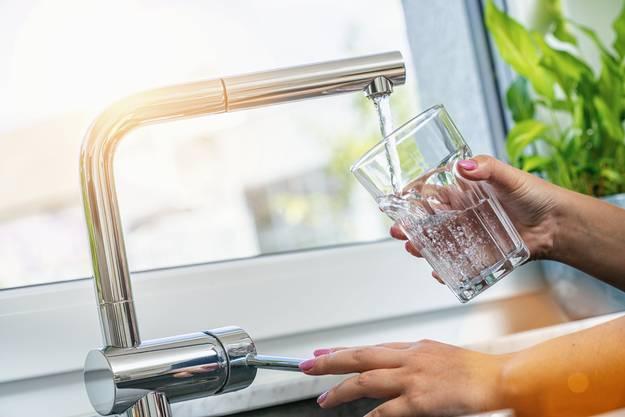 Kurzfristig wird niemand krank, der in der Schweiz Wasser ab dem Hahnen trinkt. Lanfristige Gefährdungen sind schwieriger zu prognostizieren.