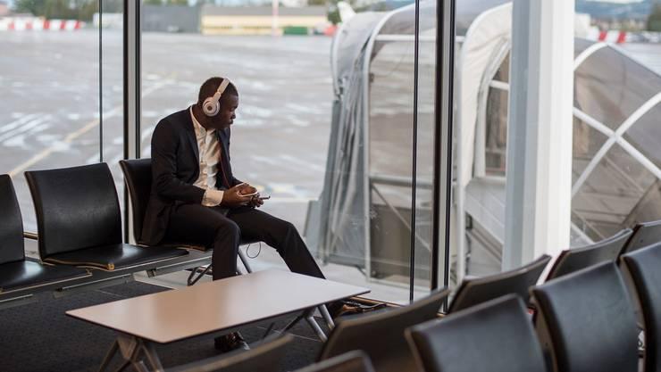 Kann ein Bild mehr Symbolkraft haben? So wie Geoffroy Serey Die am Basler Flughafen alleine auf den Abflug wartet, so muss er seit zwei Wochen alleine trainieren.