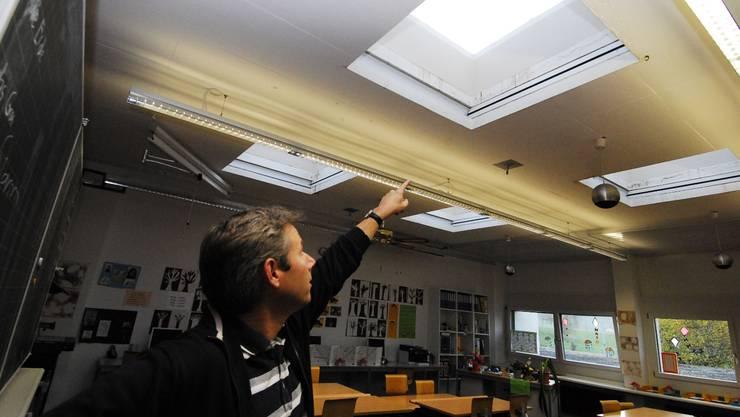 Schulpflege-Präsident Weber zeigt, wo das Wasser hereinfloss.  PKR