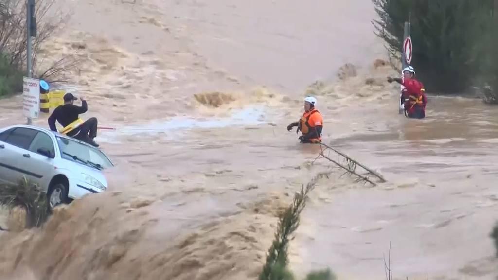 Sturzflut: Mann rettet sich in letzter Sekunde aufs Autodach