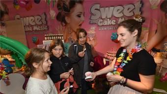 An der Sweet-and-Cake-Messe werden allerlei Leckereien angeboten. Ella Waldmann verführt mit hausgemachtem, laktosefreiem Glacé.