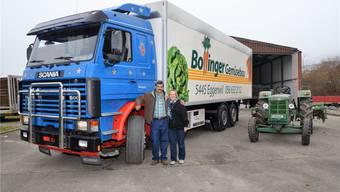 Matthias und Vroni Bollinger posieren vor zwei ihrer Schätze, dem 500-PS-Scania und dem (unverkäuflichen) 85-PS-Bührer.