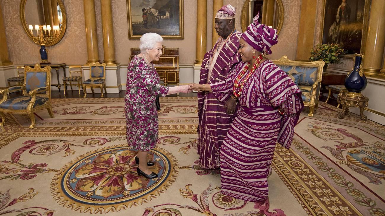 Die Queen, der nigerianische Botschafer und seine Frau - alle im «Partnerlook». (© Keystone)