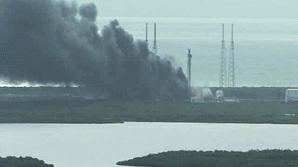 Über dem Gelände der NASA steigt nach der Raketenexplosion eine schwarze Rauchwolke auf.