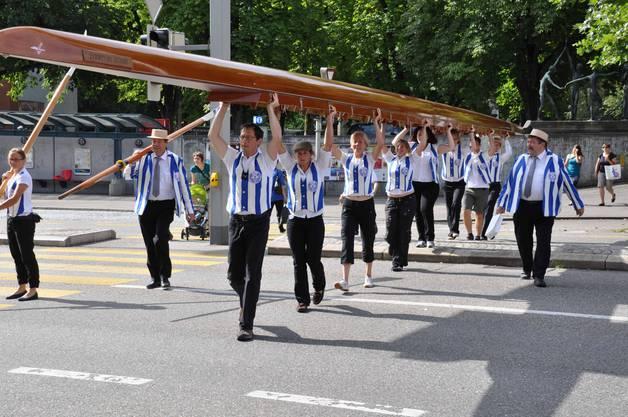 Der Ruderclub Baden wirbt mit ihrer Bootaktion für ihre Beiz am Stadtfest