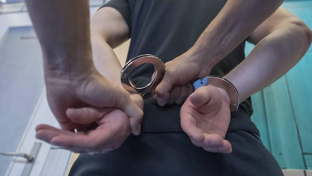 Ein 22-jähriger Mann wird des Mordes angeklagt, weil er in Luzern einen Nachbarn mit einem Hammer erschlagen haben soll. (Symbolbild)