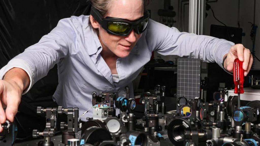 Sylvie Roke im Labor für grundlegende BioPhotonics der ETH Lausanne. Sie baut Mikroskope, welche die Analyse von Zellmembranen mit noch nie dagewesener räumlicher und zeitlicher Genauigkeit ermöglichen. (© Alain Herzog/EPFL, aufgenommen vor Inkrafttreten des Corona-Schutzkonzepts)