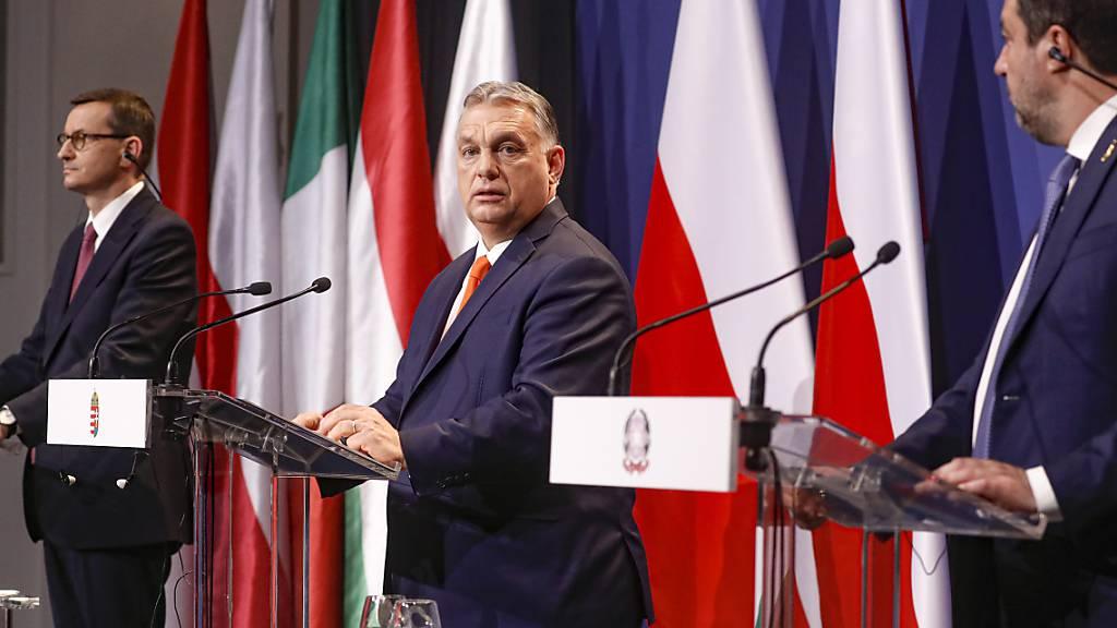 Mateusz Morawiecki (l-r), Premierminister von Polen, Viktor Orban, Premierminister von Ungarn, und Matteo Salvini, Vorsitzender der italienischen Lega, nehmen an einer gemeinsamen Pressekonferenz teil. Foto: Laszlo Balogh/AP/dpa