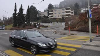 Hier an der Limmattalstrasse in Oetwil soll ein Kreisel entstehen. DEG