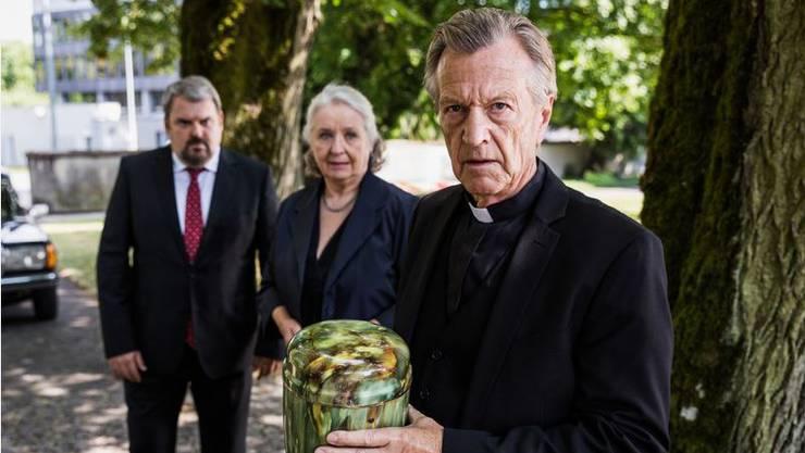 Erich Sommer (r.) mit den Hauptdarstellern Mike Müller und Suly Röthlisberger im Hintergrund.