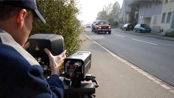 Die Zurzibieter Regionalpolizei hat am Samstag 151 Tempo-Sünder erwischt. (Symbolbild)