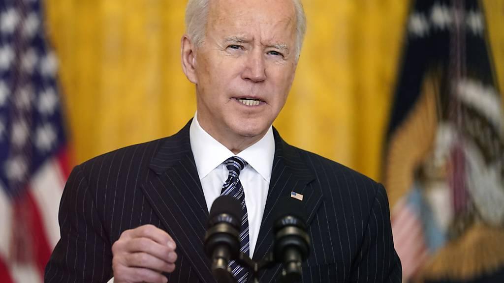 Joe Biden, Präsident der USA, spricht im East Room des Weißen Hauses über Corona-Impfungen. Foto: Andrew Harnik/AP/dpa