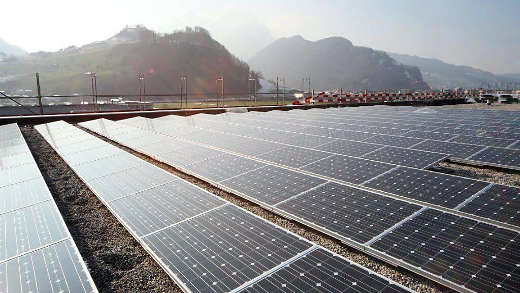 Auch die Photovoltaikanlage auf dem Einkaufszentrum Länderpark in Stans NW hat zur Stromproduktion des EWN beigetragen. (Archivaufnahme)
