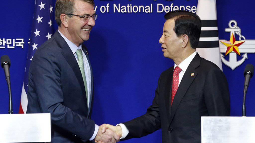 """""""Schulter an Schulter"""" gegen die kommunistische Führung in Nordkorea: US-Verteidigungsminister Ashton Carter (l.) und sein südkoreanischer Kollege Han Min-Koo nach ihren jährlichen Beratungen in Seoul"""